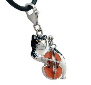 マンハッタナーズのマーべリック・クマが楽器で音楽を奏でている様子を猫のペンダントにしました。
