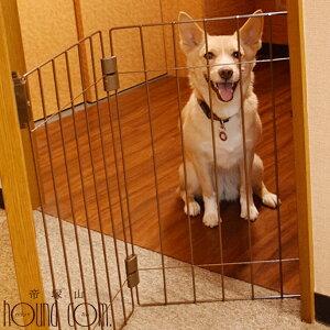犬 ウェルカムドッグフェンス 玄関 脱走防止 愛犬が一緒にお出迎え 小型犬用 折りたためる 両面テープで取り付けができる 送料無料