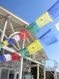 タルチョLチャイハネ 公式 エスニックNQTP6806チベット伝統の祈祷旗であるタルチョ。五色の順番は青・白・赤・緑・黄の順に決まっており、それぞれが天・風・火・水・地すなわち五大を表現しています。お部屋やキャンプ・グランピングで飾れば、一気に雰囲気UP♪※こ