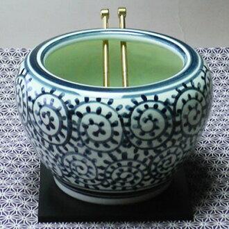 Tokoname ware mini hibachi (arabesque and white/blue) (plate, ash and gold chopsticks & charcoal)