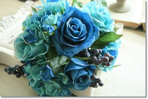 アンティークな造花の色合いは雑貨と合わせても素敵です