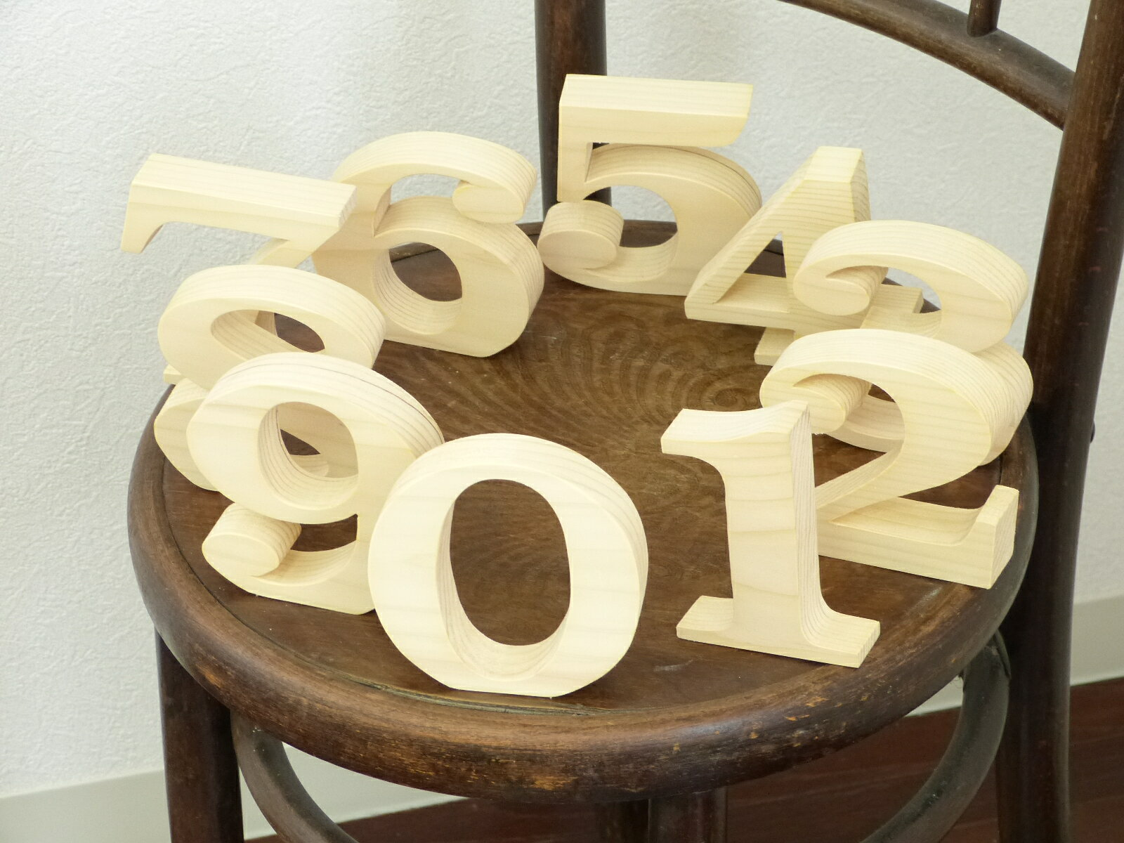 数字 オブジェ 高さ10センチ インテリア ラッキーナンバー 木製【送料無料】【北海道産のパイン材 数字オブジェ100 】 全て自立 数字 文字 ディスプレイ 結婚式 ウエディング 記念品 木製 置物 1 2 3 4 5 6 7 8 9 0