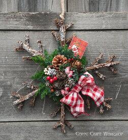 小枝で作った雪の結晶の壁飾り