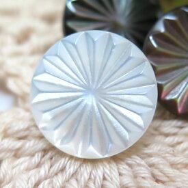 花のような放射線状の模様をレーザーで彫った貝ボタン 釦 P-1150 13mm