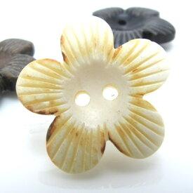 お花の形をしたやさしい感じの水牛ボタン 釦 P-743 13mm