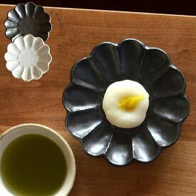 リンカ 四寸皿 白練 黒練 カネコ小兵 【 クッチーナ 】 あす楽 和食器 取り皿 おしゃれ 皿 黒 白 小皿 輪花 かわいい 日本製 国産 美濃焼 磁器 陶器