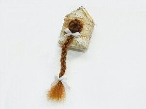『 屋根小屋の中のラプンツェル ブローチ 』(ブルネット) nikibbit ニキビット ハンドメイド ユニーク アクセサリー 個性的 珍しい 不気味 可愛い おもしろい プレゼント 世界 手作り プレゼ
