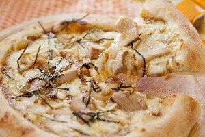 銀山地鶏の照り焼きピザ 冷凍ピザ1枚22cm★石見銀山で育てられた地鶏銀山赤どり使用♪★臭みのない身質で非常に高価です♪★贅沢に胸肉とモモ肉の2種類を使用しています♪アソート3枚ま