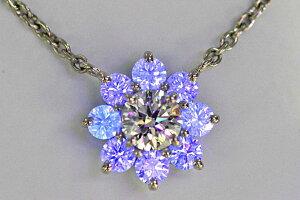 蛍光性ストロングブルーダイヤに囲まれ神秘的なダイヤネックレストリプルエクセレントハートキューのダイヤ0.6ctDカラーIF周りのダイヤもすべてハート&キューピッドでキラキラ