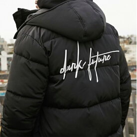 ブラック ダークフューチャー ロゴ入り ASOS DESIGN 持続可能 フグ ジャケット 20代 30代 40代 ファッション コーディネート 小さいサイズから大きいサイズまで オシャレ トレンド インポート トレンド