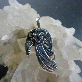 モルダバイトを抱える守護天使ペンダントチャーム スターリングシルバーK.Angel