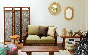 ヨーロッパで人気の、壁掛け式のラタン製サンミラー。