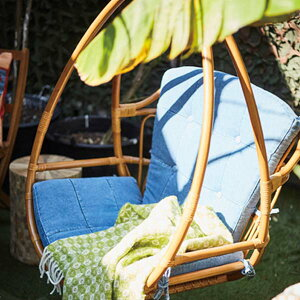 【送料無料】ハンギングチェア ラタン×デニム風 おしゃれなハンキングチェア ハンモックチェア 自立式 庭やテラス、バルコニーに◎ チェア チェアー 椅子 いす イス アジアン/西海岸/サン