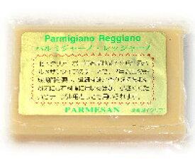 24ヶ月以上熟成【パルミジャーノ・レッジャーノ(100g)】パルマ産硬質チーズ。本場産の旨みとコク、そのままワインのおつまみに、すり下ろしてパスタやピザに。お手頃プライスとお手軽サイズで評判。