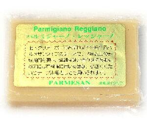 24ヶ月以上熟成【パルミジャーノ・レッジャーノ(100g)】パルマ産硬質チーズ。本場産の旨みとコク、そのままワインのおつまみに、すり下ろしてパスタやピザに。お手頃プライスとお手軽サ