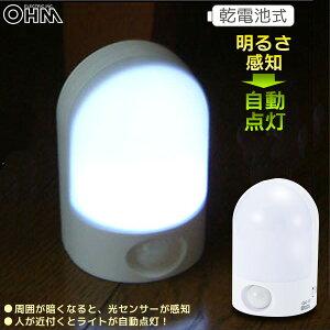 乾電池式 LED人感センサーライト OSC-10T フットライト 足元灯 常夜灯 寝室/玄関/廊下/階段などに 07-1040 オーム電機