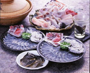 本場長崎のトラフグ☆ヒレまで全部トラフグです。フルセット薄造りは丸皿22センチ☆鍋も食べごたえある量です。ご自宅で楽しむ至福の年末☆ご家族でお楽しみください。※産地直送のた