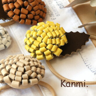 Leather hair rubber using the cowhide which I eat it, and is soft that the taste is given so as to embezzle it. Not to mention a flower motif in a leaf motif cowhide use / dandelion / dandelion / flower / hair pony /fs3gm ◆ kanmi. (Kanmi): Leather dandel