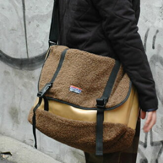 A boa material and a ターポリン material superior in water resistance make an outstanding performance for a trip like swelling because the shoulder bag made collaboration wonderfully is slightly bigger size! As for the casual bag which adopted a sense of the