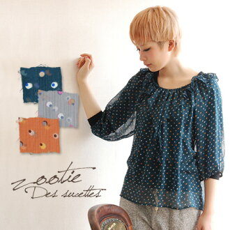 The frill neckband pullover blouse which enjoys air Lee by a design in material. Easy & that is glad for a girl softly form incompleteness sleeve seven minutes sleeve three-quarter sleeves fashion ◆ zootie (zoo tea): レイヤードドットシフォンプリムラッフルブラウス