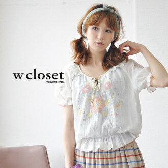 Gentle cotton fabric painted in pastel embroidery floral. His shredded rubber cuffs and hem fluffy boobs and sweet pullover blouse and short-sleeved ◆ w closet ( ダブルクローゼット ): カメリアフラワークロスステッチフリル blouse