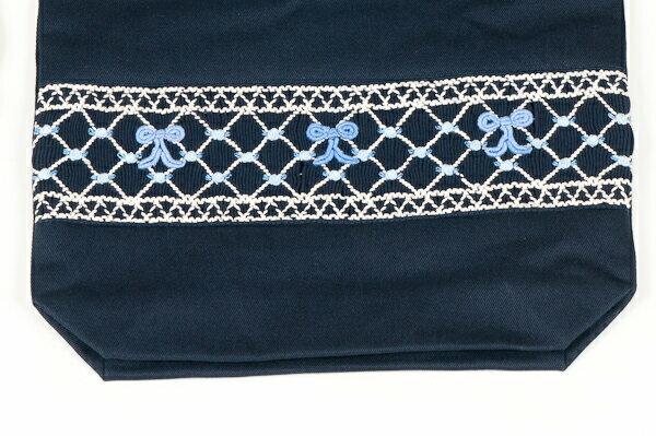 【手刺繍スモッキング】【リボン柄ブルーB】紺色布製 :巾着バッグ【シューズケースやお着替え入れに人気!】【お受験バッグのエレガンテ・ポポ】