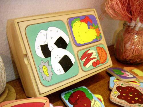 ダイワ 木製 お弁当パズル ランチBOX〜可愛らしいランチボックスの食べ物を色々組み合わせが可能な木製おままごとパズルです。