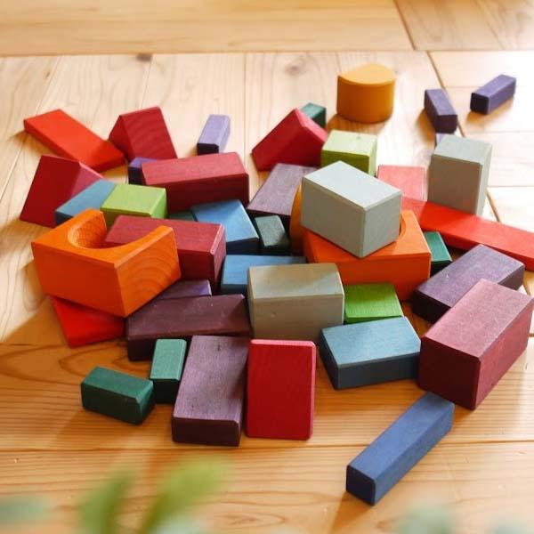 Grimm's Spiel & Holz Design グリムス社 カラー・幾何学積み木60P〜ドイツ・グリムス社の60ピースの積み木セットです。建物や車、木や川など、子供たちの想像力の赴くままに遊べる積み木です。