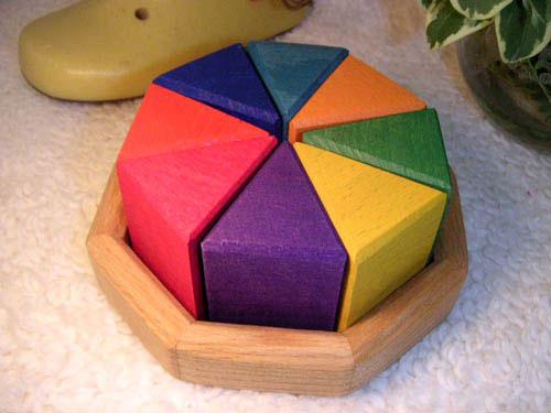 Grimm's Spiel & Holz Design グリムス社 8カラー積み木〜三角形8個で八角形の枠台に収めたドイツのグリムス社の積み木です。自由な形に組み立てて遊べます。