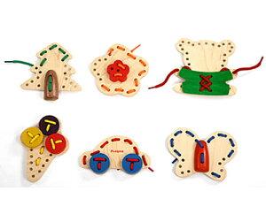 Play Me Toys プレイミートーイズ ソーイング〜クマさんや車にお花などの木板にカラフルなひもでパーツを縫い合わせて遊ぶ通し遊ぶひも通しセットです。