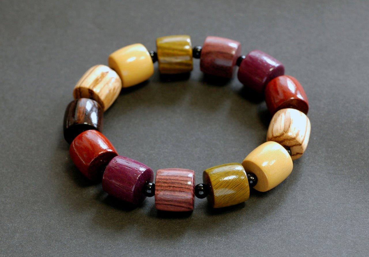 【ふるさと納税】伝統の技で作り上げた色彩豊かな天然木のブレスレット F003