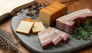 【ふるさと納税】DA-05 ベーコン屋のオヤジの無添加ベーコン(約480g)とスモークチーズ(約280g)
