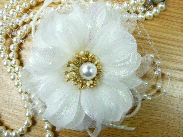 コサージュ&ヘアクリップ2WAY パールと金のペップ 満開の白いバラ 造花・フォーマル
