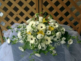 白バラ、クリームガーベラを使ったメインテーブル装花(レストラン用S)