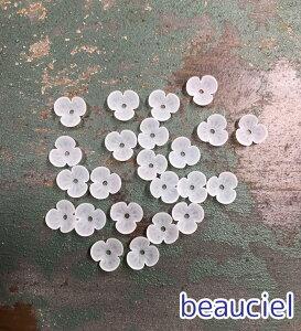 【約9.5mm 50個】小さな3枚花びら すりガラス調アクリルビーズ ホワイト マットタイプ お花 半透明