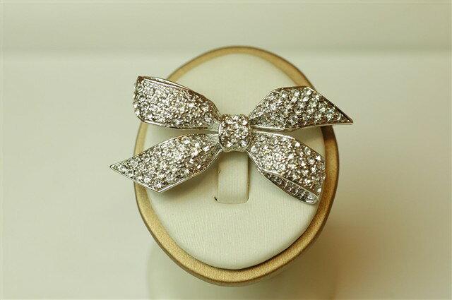 スワロフスキー ブローチ アクセサリー 結婚式 スワロフスキーストーンリボンブローチ 6cmx3cm 【メール便送料無料】