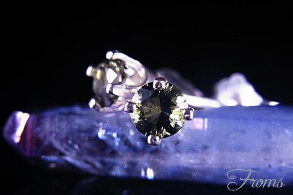 送料無料 宇宙からの 隕石 モルダバイト 3mm ピアス 【 ヘブン&アース 社】 パワーストーン 天然石 レディース メンズ Silver925