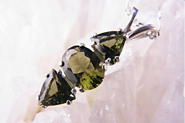 モルダバイトトリプルペンダント【隕石】【パワーストーン】【天然石】○