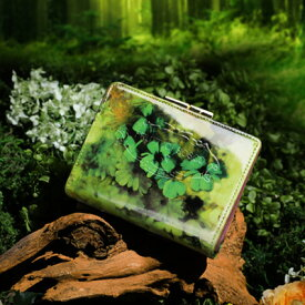 不思議の森の、新しい命が芽生える瞬間を描いた、みずみずしいレザーで仕立てる二つ折りウォレット Elmo Alice(エルモアリス) -Brandnew World-(ブランニューワールド)ハーフウォレット エナメル 花柄 緑 グリーン