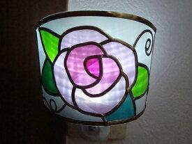 ピンクの薔薇の足元ランプ 照明 バラのおやすみライト ナイトランプ かわいい足元ライト LEDフットライト LEDセンサーライト 送料無料 ステンドグラスの彩り グラスアート