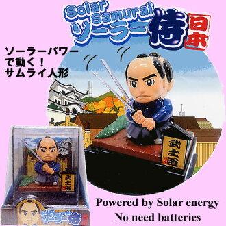 与太阳能发电磨刀石击剑的手臂武士娃娃