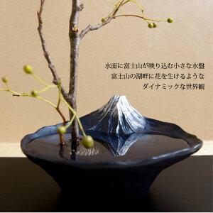 水面に富士山が映り込む小さな水盤富士山の湖畔に花を生けるようなダイナミックな世界観