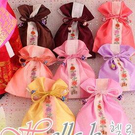 韓国雑貨 韓国伝統 アクセサリー シルク花柄巾着袋 小 韓国伝統の模様を付けた巾着です 花の刺繍がとてもカワイイです 韓国のお土産にもピッタリ 母の日 ギフト