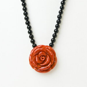 「本珊瑚 30mmスポンジサンゴ薔薇 X オニキス」珊瑚ネックレス【ばらネックレス】【赤珊瑚 ネックレス】【さんご 薔薇彫りネックレス】