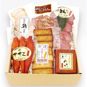 【夏ギフト・お中元】【送料無料】【産地直送】とん太ファミリー いぶしセット(燻しとんたんスライス、豚なんこつ、いぶし鶏つまみ、燻しとうふ、焼きスモークとうふスライス、燻しサ