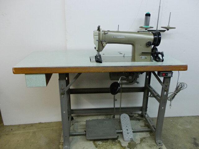 【中古】三菱1本針本縫い上下送りミシン。小釜。モデルNOーDY-230 100V仕様 先引きプーラーを取り付ける場合の補助ペダル付き。クラッチモーター・テーブル・脚・ミシン頭部のセット販売です。 MITSUBISHI ミツビシ