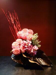 【アレンジメント】ダリア 蘭 バンダ ユーカリ 三又 生花アンスリュームの葉 チャンバーレイニアナム