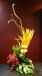 【アレンジメント】菊 アナスタシア ラメ付き葉牡丹 松 モンステラ 南天の実 ゴールド石化柳 ビローヤシ