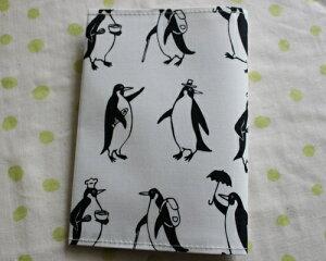 【メール便OK】TC62 ブックカバー 文庫版サイズ TOCONUTS/トコナッツ 可愛いプリント生地 手軽に使えるタイプ 厚さ1cm程度までの文庫本対応可能 白地・ペンギン柄
