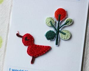 【メール便・ポスト投函便OK】 アイロンワッペン&シールワッペン(両方兼ねてます)布生地やノートや手帳に貼れる可愛い刺繍のワッペン 赤の小鳥+実(パッケージの台紙サイズ85×54mm)